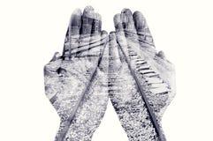 Doppia esposizione delle mani e della ferrovia dell'uomo, in bianco e nero fotografia stock libera da diritti