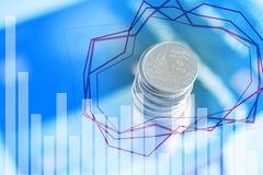 Doppia esposizione delle pile di monete e libro contabile o credito Ca Fotografia Stock