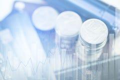 Doppia esposizione delle pile di monete e libro contabile o credito Ca Immagine Stock
