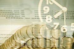 Doppia esposizione delle pile di monete e libro contabile o credito Ca Fotografie Stock