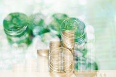 Doppia esposizione delle pile di monete e libro contabile o credito Ca Fotografia Stock Libera da Diritti