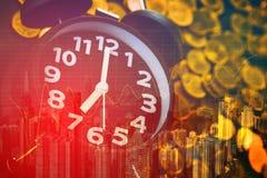 Doppia esposizione delle pile delle monete e della sveglia con il fondo della città ed il grafico di finanza, tempo per il concet immagini stock libere da diritti