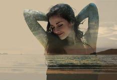 Doppia esposizione di bella donna mista con la natura di tramonto e immagine stock