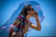 Doppia esposizione di gridare della giovane donna fotografia stock libera da diritti