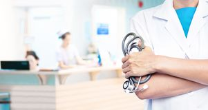 Doppia esposizione di medico con lo stetoscopio sul fondo vago dell'ospedale fotografia stock libera da diritti