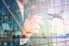 Doppia esposizione di scrittura dell'uomo d'affari e carico e Airpla del porto Fotografie Stock Libere da Diritti