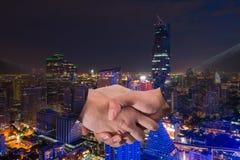 Doppia esposizione di una stretta di mano dell'uomo d'affari su paesaggio urbano di Bangkok Immagini Stock Libere da Diritti