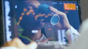 Doppia esposizione: Funzionamento dell'uomo al mercato azionario dei controlli e del computer portatile Riflessione nel monitor:  stock footage