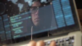 Doppia esposizione: Il pirata informatico pericoloso nel cappuccio e nei vetri incide il sistema video d archivio