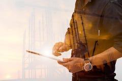 Doppia esposizione l'ingegneria facendo uso della compressa che controlla lavoro immagine stock