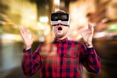 Doppia esposizione Occhiali di protezione d'uso di realtà virtuale dell'uomo Ligh di notte Immagini Stock