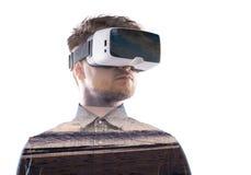 Doppia esposizione Occhiali di protezione d'uso di realtà virtuale dell'uomo Spiaggia del mare Fotografia Stock Libera da Diritti