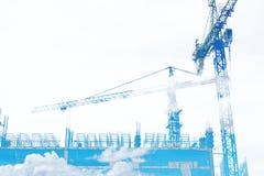 Doppia esposizione, sito della costruzione di edifici con cielo blu e nuvola bianca, su fondo bianco con lo spazio della copia Fotografie Stock Libere da Diritti