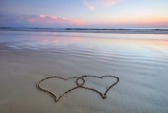 Doppia figura del cuore sulla spiaggia Fotografia Stock