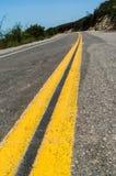 Doppia linea gialla sulla strada vuota Fotografie Stock