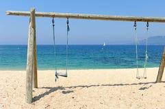 Doppia oscillazione sulla spiaggia dal mare Immagine Stock Libera da Diritti
