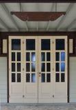 Doppia retro porta bianca sulla parete bianca fotografia stock