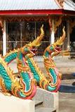 Doppia statua dorata variopinta del cavallo del drago in tempio tailandese Immagini Stock Libere da Diritti