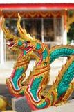 Doppia statua dorata variopinta del cavallo del drago in tempio tailandese Immagine Stock