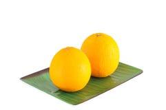 Doppie arance sul piatto con il percorso di ritaglio Immagine Stock