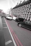 Doppie linee rosse su una curvatura in una strada Fotografie Stock Libere da Diritti