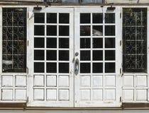 Doppie porte di granaio bianche chiuse Fotografie Stock Libere da Diritti