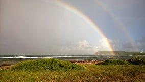 Doppio arcobaleno che affronta il mar dei Caraibi dalla Guadalupa fotografia stock libera da diritti