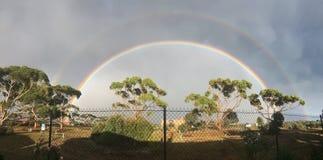 Doppio arcobaleno luminoso e pieno immagine stock libera da diritti