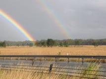 Doppio arcobaleno reale sopra il campo Fotografia Stock Libera da Diritti