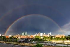 Doppio arcobaleno sopra l'orizzonte del centro in Denver Colorado Fotografie Stock Libere da Diritti