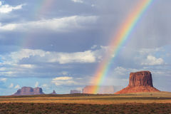 Doppio arcobaleno sopra la valle del monumento fra l'Arizona e l'Utah immagini stock