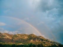 Doppio arcobaleno sopra le montagne Montagne montenegrine, le sedere immagine stock libera da diritti