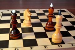 Doppio attacco del cavaliere di scacchi fotografia stock
