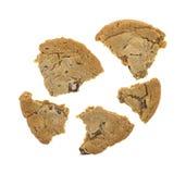 Doppio biscotto di pepita di cioccolato tagliato su un fondo bianco fotografia stock libera da diritti