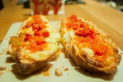 Doppio brusqueta con i pomodori ed il formaggio italiani, sulla tavola, vista dell'occhio fotografie stock libere da diritti