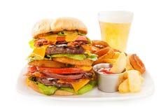 Doppio cheeseburger del bacon con le fritture e gli anelli di cipolla Immagine Stock