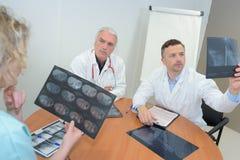 Doppio di medici che ispeziona l'esame di salute di risultato immagine stock