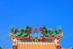 Doppio drago sul tetto cinese del tempiale Immagini Stock