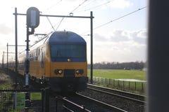 Doppio pendolare olandese delle piattaforme in Moordrecht fra gouda e in Moordrecht all'incrocio di ferrovia Immagini Stock Libere da Diritti