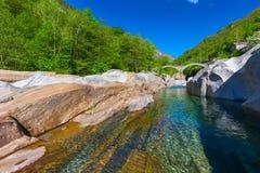 Doppio ponte della pietra dell'arco al dei Salti con la cascata, Lavertezzo, Verzascatal, il Ticino di Ponte Fotografia Stock Libera da Diritti