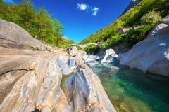 Doppio ponte della pietra dell'arco al dei Salti con la cascata, Lavertezzo, Verzascatal, il Ticino, Svizzera di Ponte immagine stock libera da diritti
