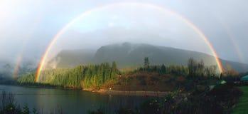 Doppio Rainbow pieno sopra il lago fotografia stock libera da diritti