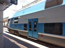 Doppio treno ad alta velocità della piattaforma immagine stock