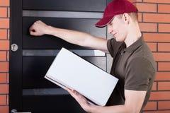 Doręczeniowego mężczyzna pukanie na drzwi Zdjęcia Stock
