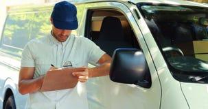 Doręczeniowego mężczyzna writing na schowku zdjęcie wideo