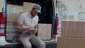 Doręczeniowego mężczyzny obsiadanie z tyłu samochodu dostawczego zdjęcie wideo
