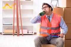 Doręczeniowy mężczyzna pijący przy pracą obraz stock