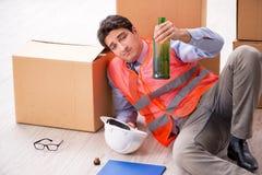 Doręczeniowy mężczyzna pijący przy pracą zdjęcia royalty free