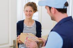 Doręczeniowy mężczyzna wręcza nad pakuneczkiem klient obrazy stock