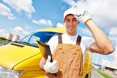 Doręczeniowy mężczyzna z dystrybucja samochodem dostawczym Zdjęcia Royalty Free